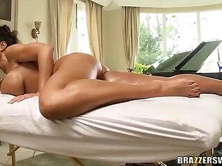 Hot MILF Lisa Ann gives blowjob